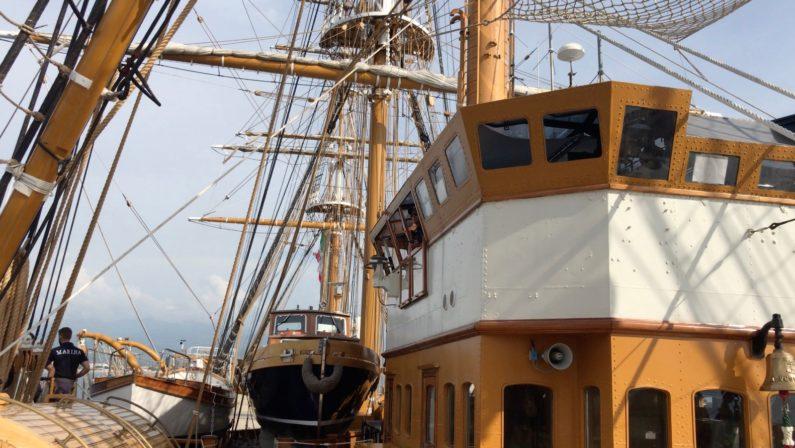 L'Amerigo Vespucci approda nelle acque di ScaleaLa nave scuola della Marina alla fonda nel tirreno calabrese