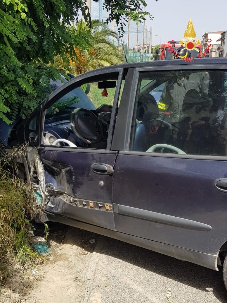 Incidente sulla strada statale 106 nel CatanzareseCoinvolti autocarro e due auto, feriti i conducenti