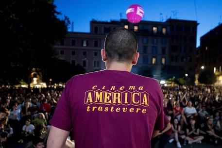 Radical Chic. Mettiamo tutti la t-shirt bordeaux del Cinema America, anche Salvini