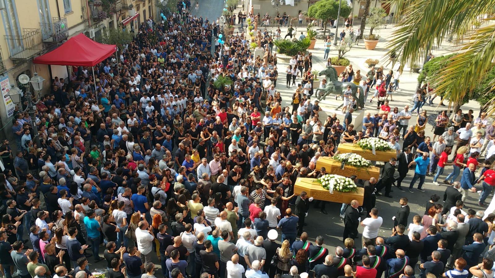 Soriano, in migliaia alle esequie dei tre giovani mortiCommozione e lunghi applausi al passaggio dei feretri