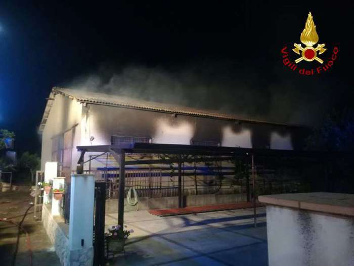 In fiamme un capannone adibito a deposito di scarpeIncendio domato ma l'aria è stata irrespirabile per ore
