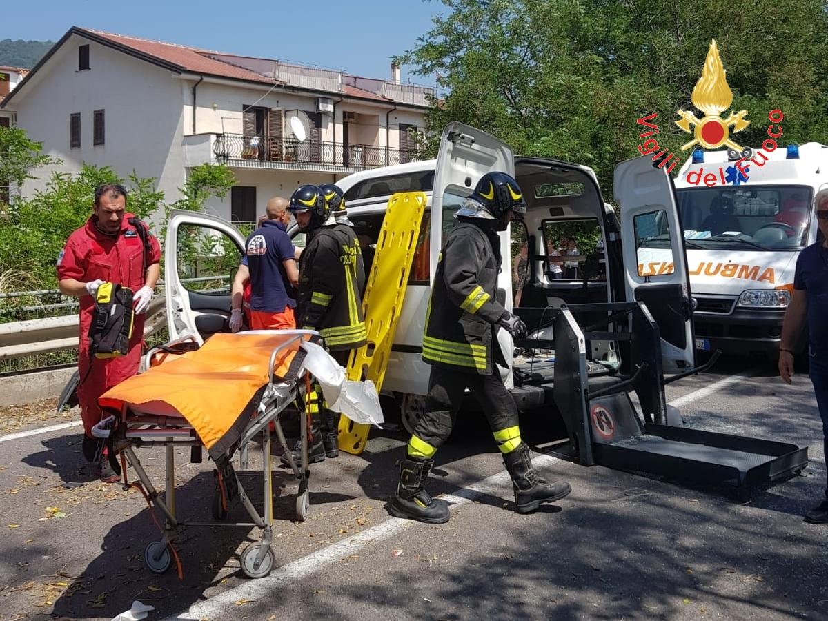 Incidente stradale nel Lametino, ferita una donnaUn furgone perde il controllo e sbatte contro il guardrail