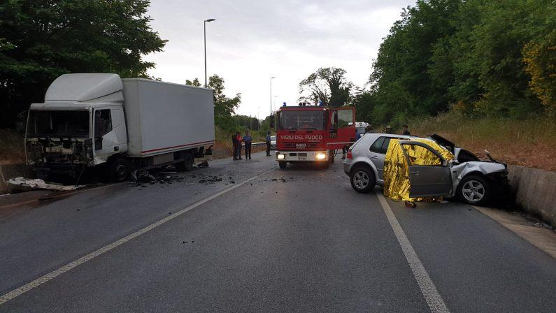 Domenica di sangue sulle strade vibonesi, incidente a Spadola  Scontro tra un camion e un'auto, tre morti e due feriti