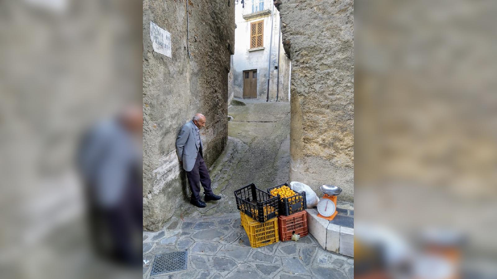 Il venditore di nespole di Francesco MangialavoriUno scatto nel borgo di Civita diventato fenomeno virale