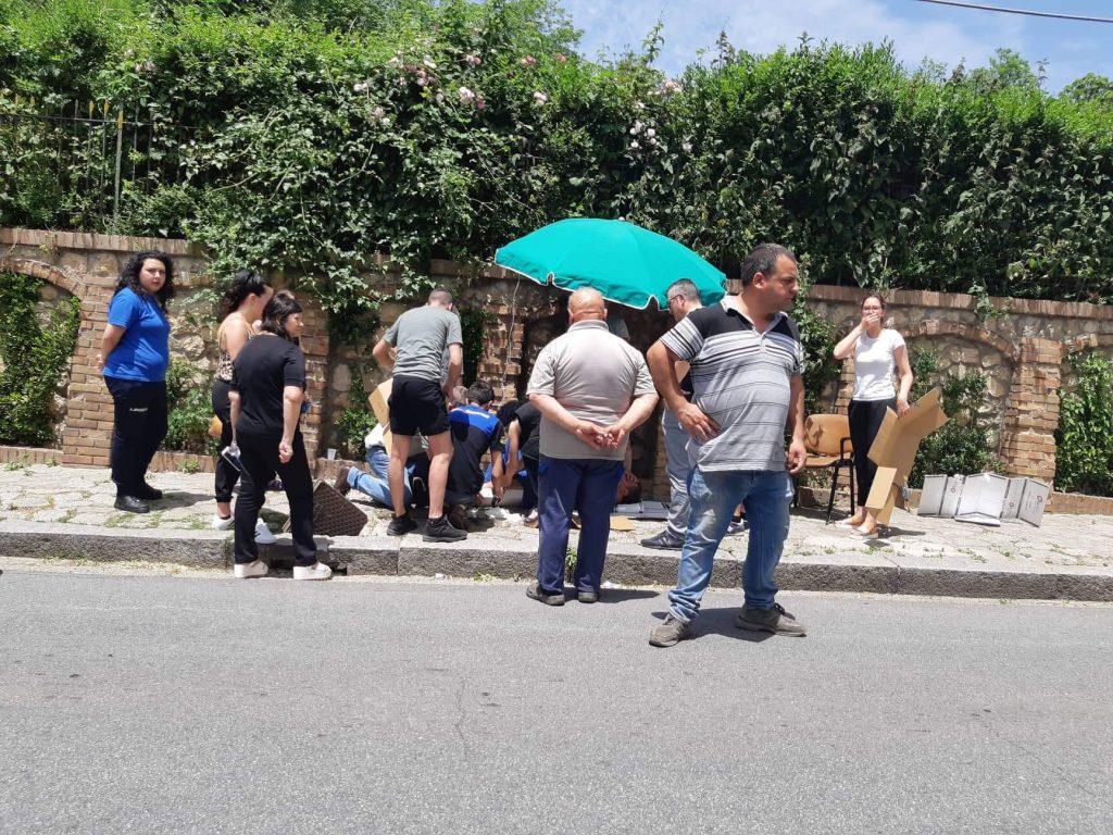 Serra San Bruno, passante cade per un tombino capovoltoRimane sofferente sotto il sole per il ritardo dell'ambulanza