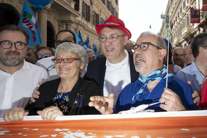 """In migliaia a Reggio Calabria per dire """"Ripartiamo dal Sud""""  La sferzata al governo di Landini, Furlan e Barbagallo"""