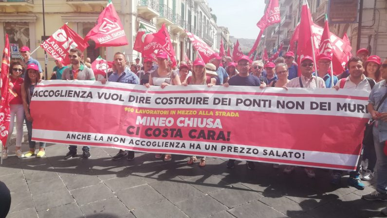 """FOTO – In migliaia a Reggio Calabria per """"Ripartire dal Sud""""  Le immagini del corteo organizzato da Cgil-Cisl-Uil"""
