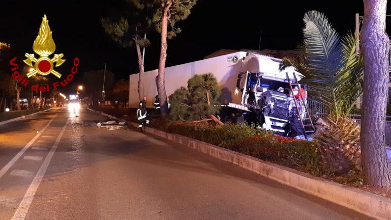 Incidente stradale nella notte a Santa Maria del CedroTir perde il controllo e finisce fuori strada sulla statale 18