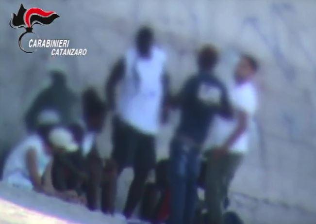 VIDEO – Spaccio di droga in spiaggia e in pieno giorno a Catanzaro: le immagini dei carabinieri