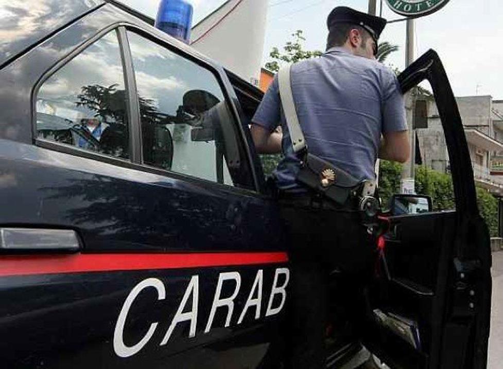 Tentano di liberarsi della droga dall'auto in fugaArrestate ai domicliari due persone nel Crotonese