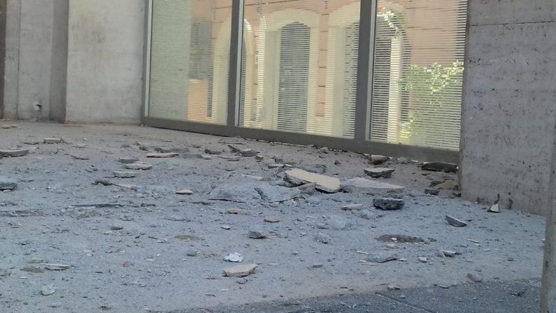 FOTO – Crolla un pezzo di soffitto, tragedia sfiorata in un bar del centro di Potenza