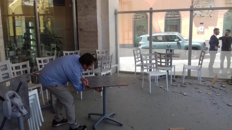 Si stacca un cornicione sui tavolini del bar, tragedia sfiorata nel centro di Potenza – FOTOGALLERY