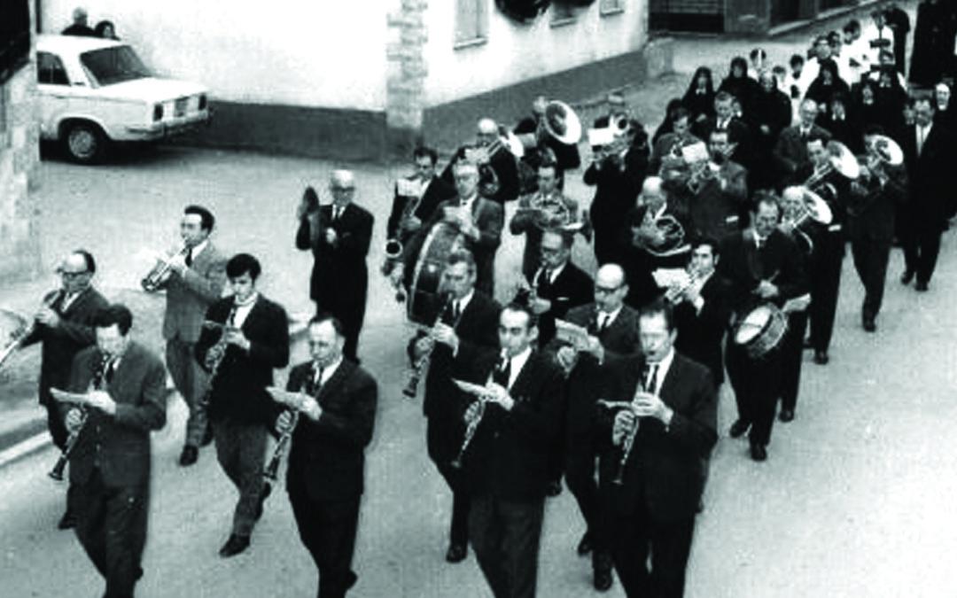 Dal presente al passato, i musicanti che suonano per il morto e gli altri riti funebri del Meridione