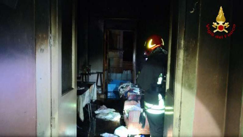 In fiamme un immobile tra i vicoli stretti del paeseNotte di paura nel Vibonese, nessun ferito