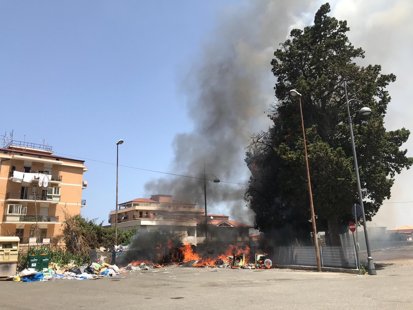 Discarica in fiamme a Pizzo, paura per i fumi. Visto un anziano appiccare il fuoco