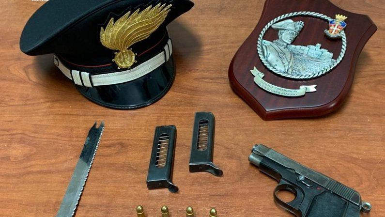 Minaccia il nipote con un coltello e una pistolaArrestato nel Crotonese. A casa aveva armi e droga