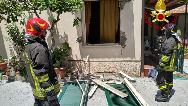 Violenta esplosione in una villetta a Lauro: gravi danni all'abitazione e due persone ferite