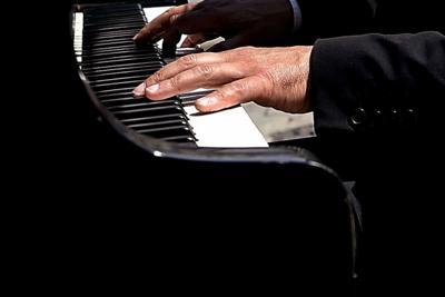 """Novanta pianisti in piazza e tanta musica classica  Tutto pronto per l'evento """"CosenzaPianoFest"""""""
