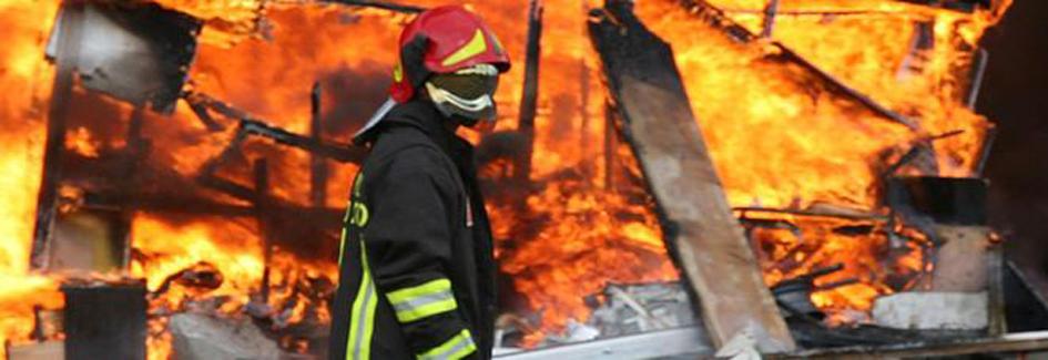 Rifiuti: a Napoli vasto incendio vicino a campo rom Scampia