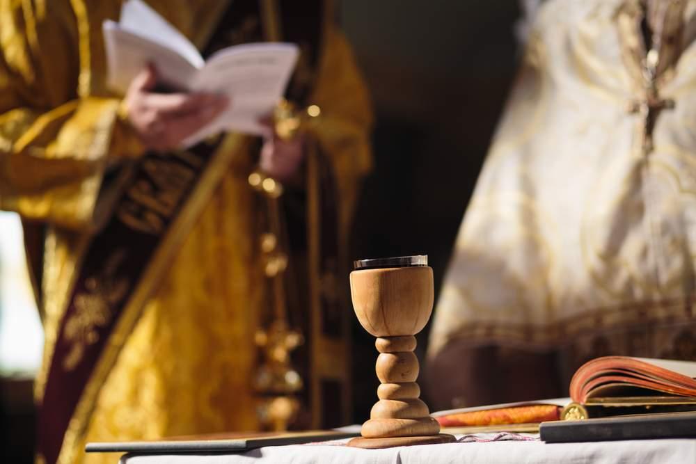 L'incubo Coronavirus anche in chiesa: vescovi calabresi vietano condoglianze e segno della pace