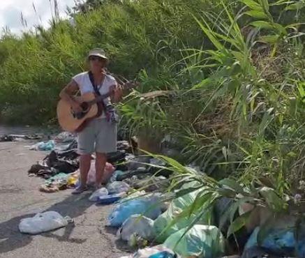 Chitarra e musica per denunciare il degrado a ViboLa direttrice della Schola Cantorum tra i rifiuti
