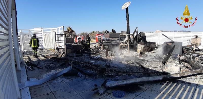 In fiamme uno stabilimento balneare nel CrotonesePericolo per bombole di gas nei locali distrutti, indagini