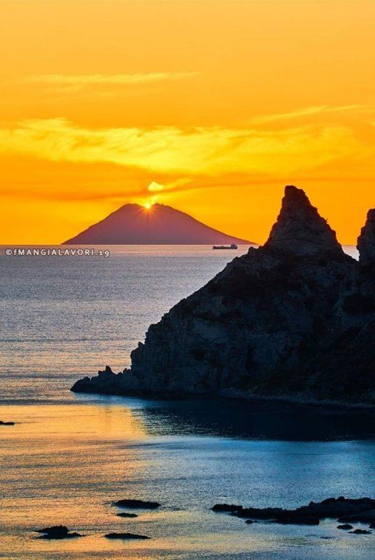 Fotografo vince il contest con uno scatto nel ViboneseImmortalato il sole che finisce nella bocca dello Stromboli