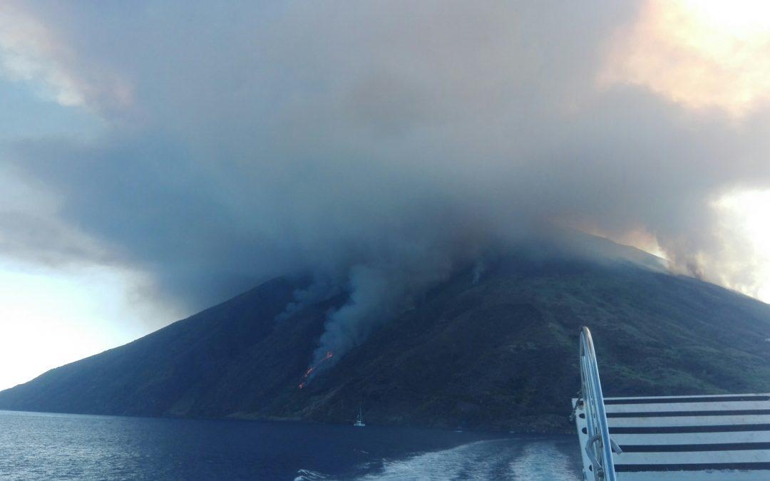 FOTO – Eruzione dello Stromboli, le immagini da una delle imbarcazioni in crociera dalla Calabria