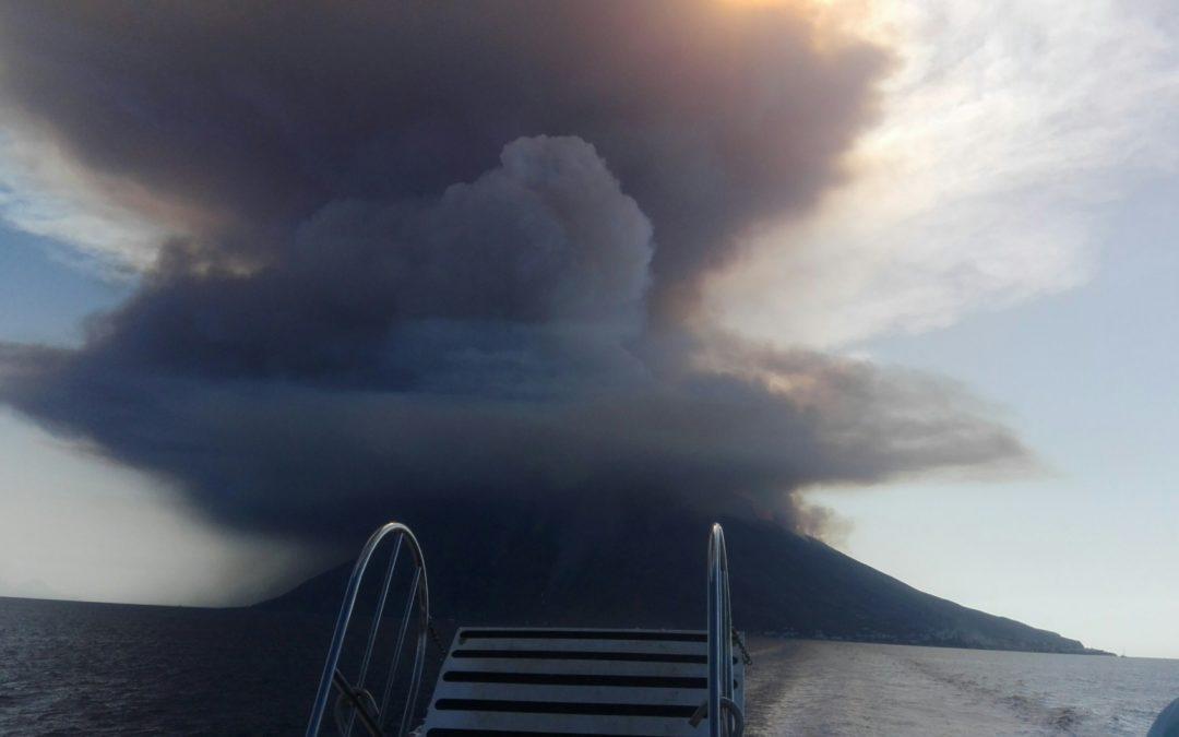 Eruzione dello Stromboli, colonna di fumo alta centinaia di metri  Le immagini riprese da un'imbarcazione in minicrociera