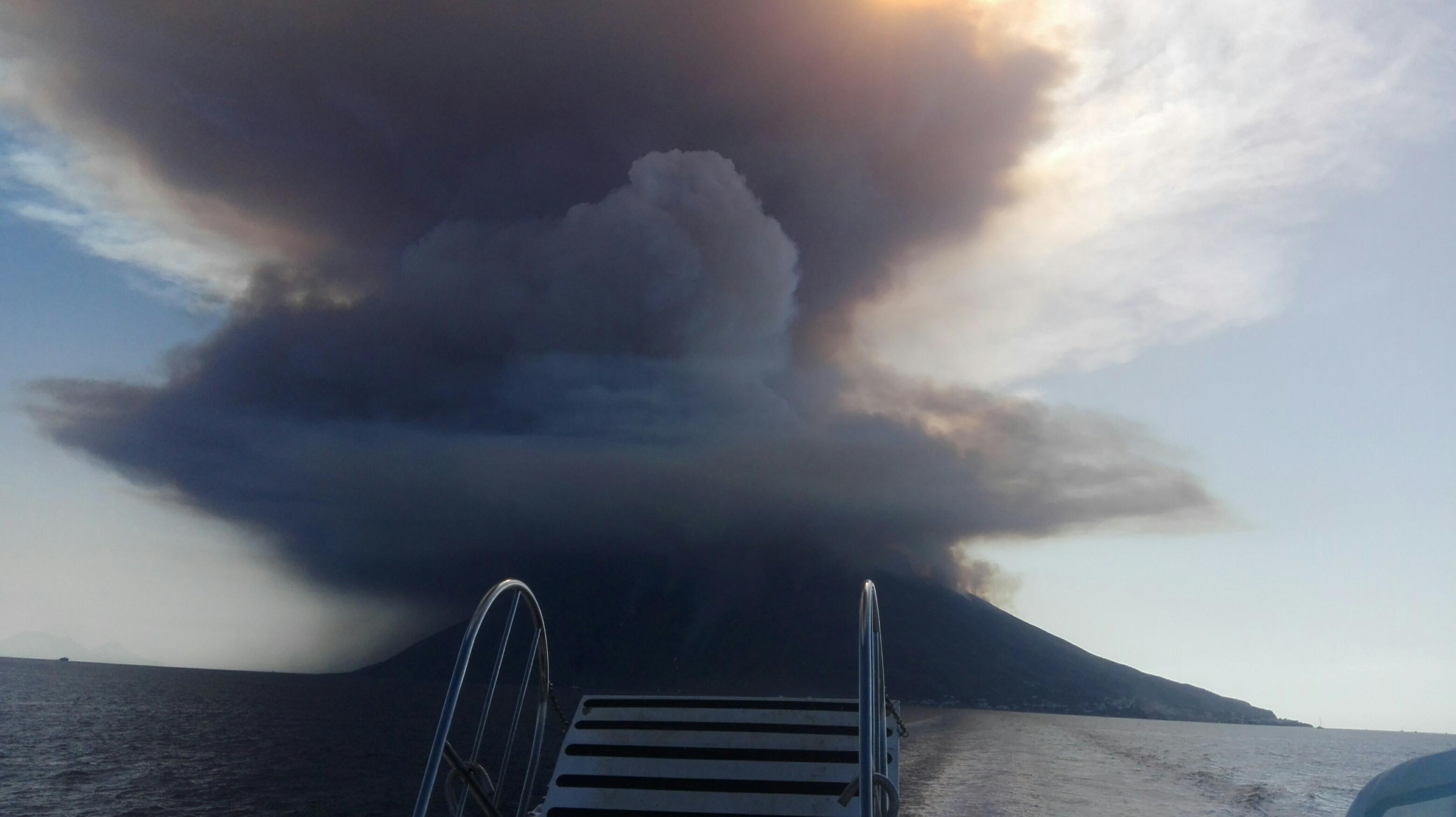 Eruzione dello Stromboli, colonna di fumo alta centinaia di metriLe immagini riprese da un'imbarcazione in minicrociera