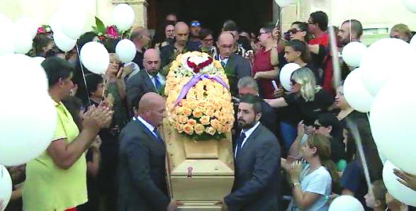 L'addio commosso della città a Santina Adamo La donna è morta a Cetraro poco dopo aver partorito