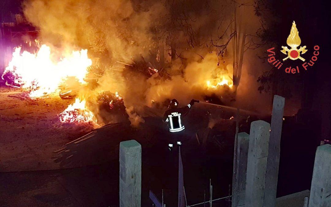 L'intervento dei vigili del fuoco teso a domare l'incendio