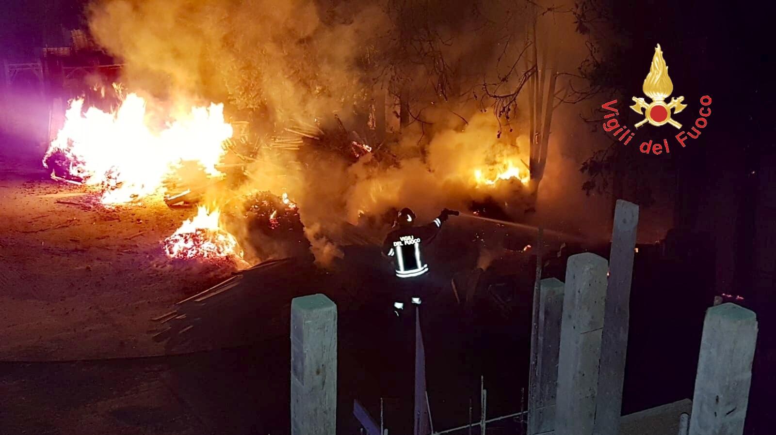 Incendio nella notte a Germaneto, devastato cantiere edile  Avviate indagini per appurare la possibile matrice dolosa