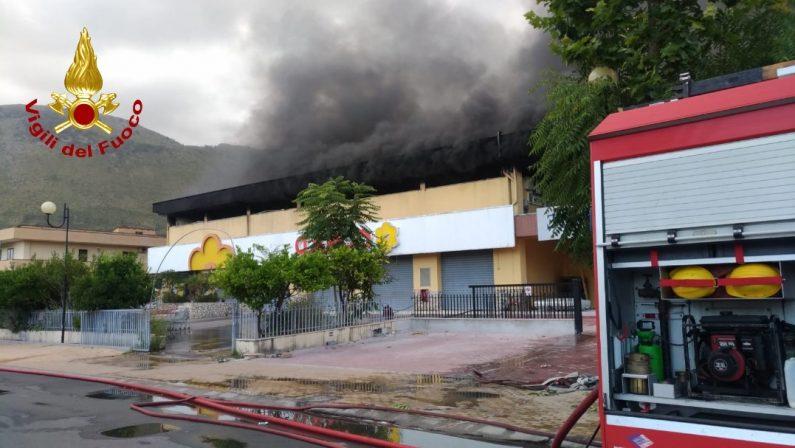 Incendio distrugge magazzino commerciale a Praia a MarePer domare le fiamme necessarie 4 squadre dei Vigili del Fuoco