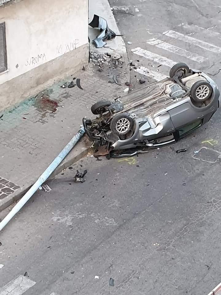 Decide di usare l'auto del padre, grave 17enneIncidente nel Crotonese, schianto col palo della luce
