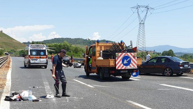 Incidente stradale sull'Autostrada A2 del MediterraneoConiugi su una moto perdono il controllo, feriti in gravi condizioni