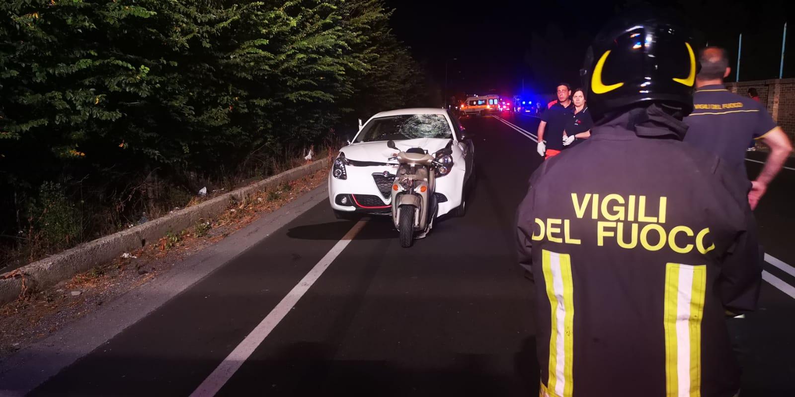 FOTO – Auto tampona scooter sulla statale 106 a Crotone: morto un 40enne, grave il figlio di 12 anni