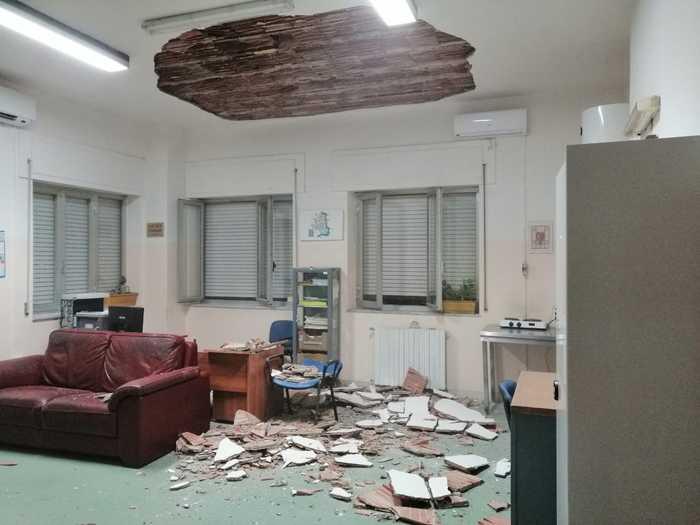 Crolla intonaco soffitto della postazione del 118Paura in una sede del Crotonese, verifiche su danni