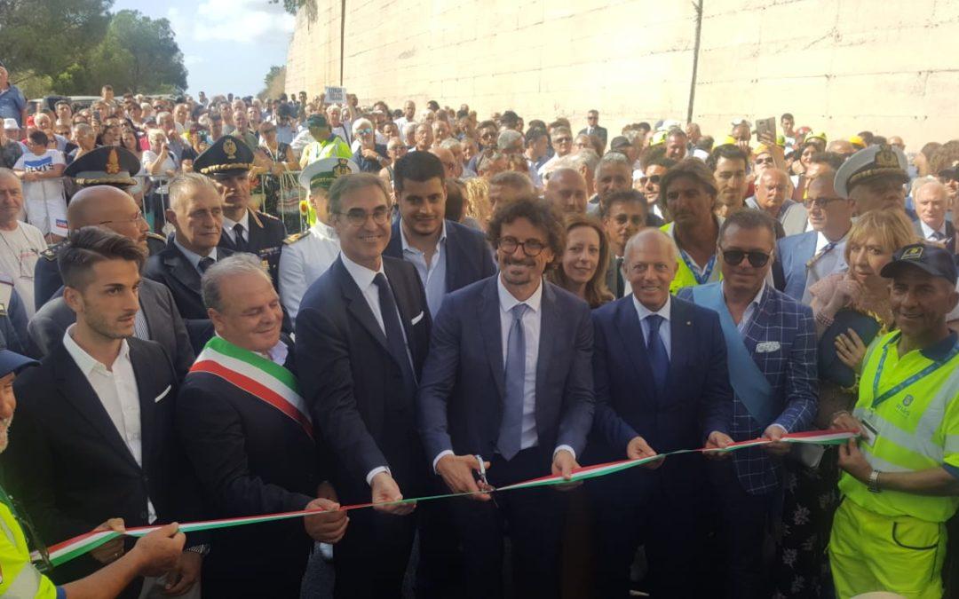 Il ministro Danilo Toninelli taglia il nastro alla Joppolo-Coccorino