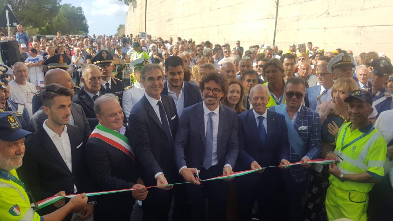 Il ministro Toninelli tiene a battesimo la Joppolo-CoccorinoLa strada riapre dopo una frana risalente al 2017