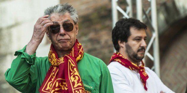Bossi: «Aiutare il Sud a casa loro altrimenti straripano e vengono qui», replica Salvini: «È rimasto nel passato»