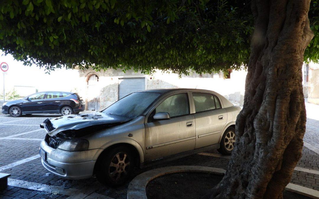 L'auto danneggiata dal rogo