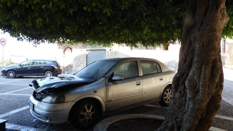 In fiamme l'auto del parroco di Nicotera, danniIndagini sulle cause, forse il rogo è accidentale