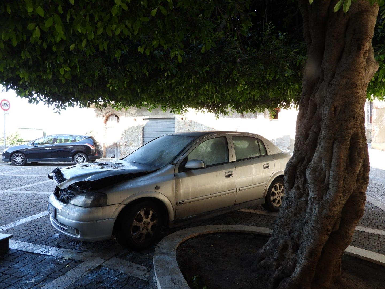 In fiamme l'auto del parroco di Nicotera, danni   Indagini sulle cause, forse il rogo è accidentale