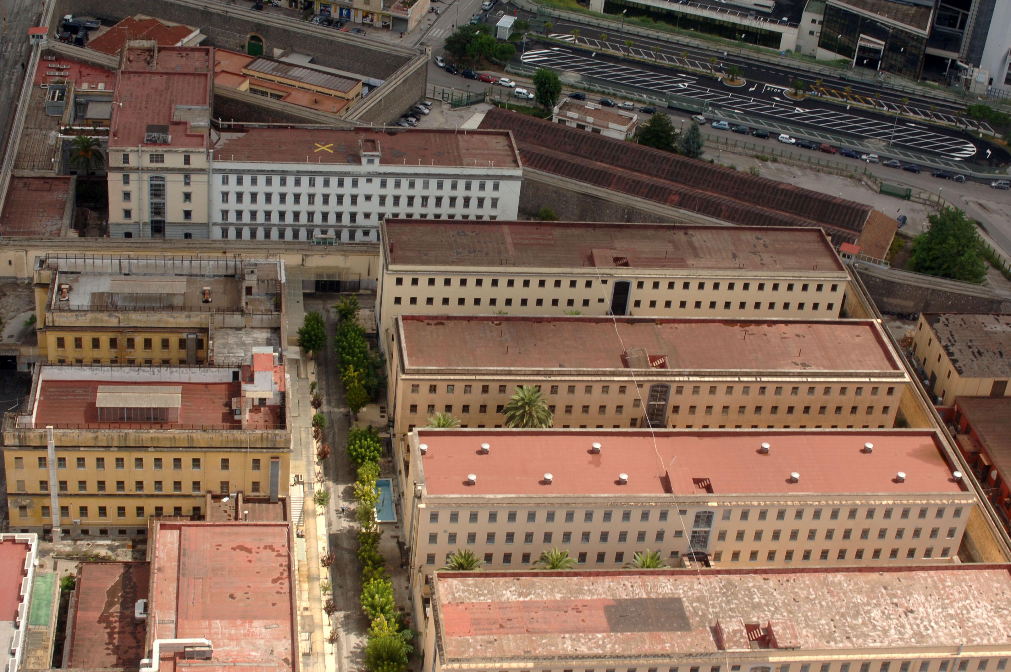 Inferno carcere Poggioreale, oltre 2300 detenuti rispetto ai circa mille posti letto