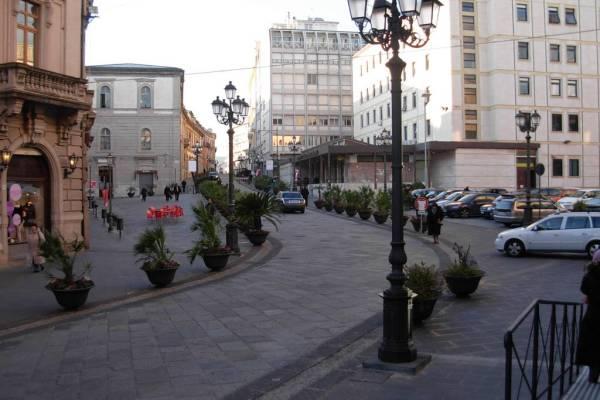Rapina due ragazze a Catanzaro e ne ferisce una, arrestato il responsabile