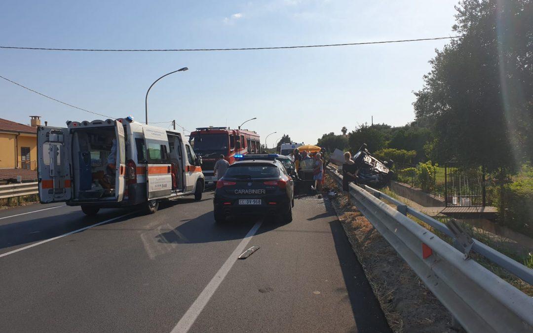 Incidente stradale sulla statale 106: 5 feriti, 2 bimbi  Grave la madre dei piccoli e un ragazzo. Traffico in tilt