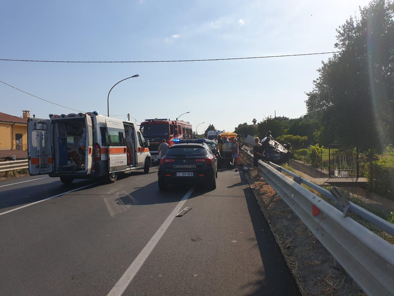 Incidente stradale sulla statale 106: 5 feriti, 2 bimbiGrave la madre dei piccoli e un ragazzo. Traffico in tilt