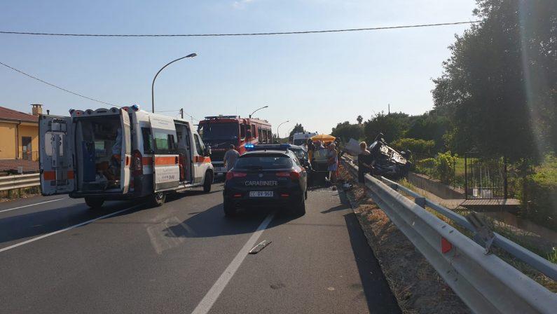 FOTO - Le immagini del grave incidente avvenuto sulla statale 106 nel Catanzarese: 5 feriti tra cui 2 bambini