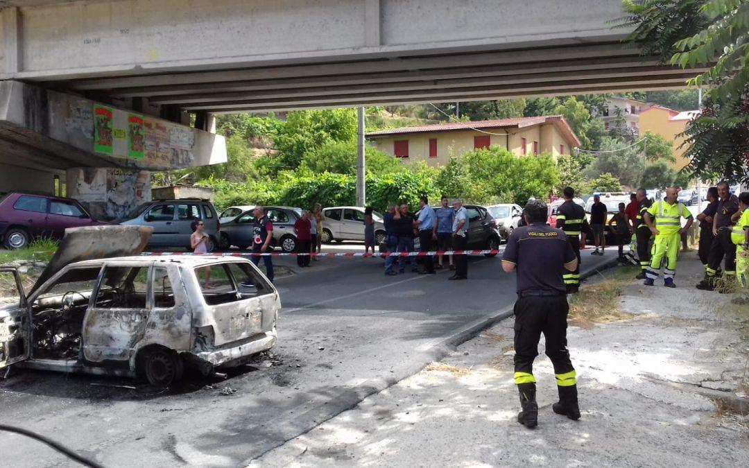 La statale chiusa e l'autovettura data alle fiamme